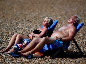 Personas tomando el sol