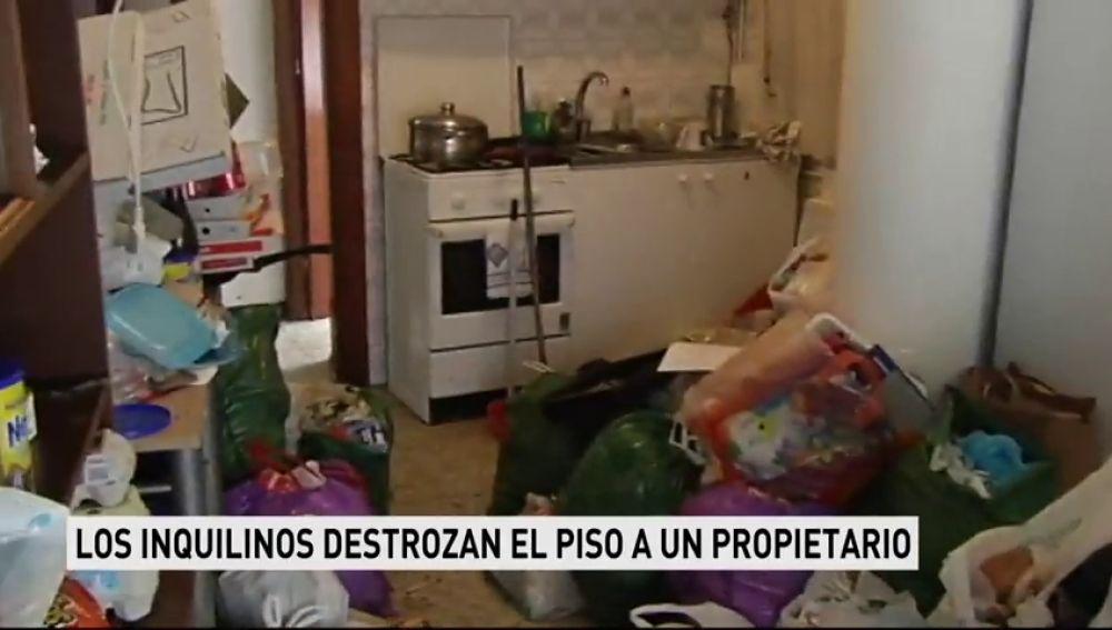 Unos inquilinos destrozan el piso a un propietario en Ferrol
