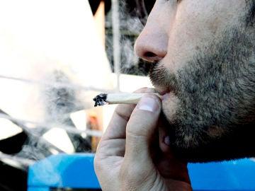 Imagen de archivo de un hombre fumando marihuana