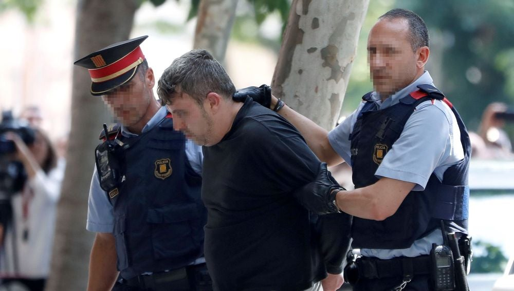 Mossos d'esquadra custodian al detenido en relación con el asesinato de una niña de 13 años en Vilanova i la Geltrú