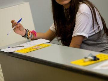 Una alumna se concentra antes de examinarse de selectividad