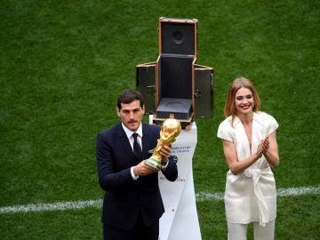 Casillas levanta el trofeo de la copa del mundo