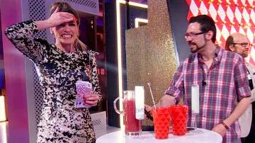 Anna Simon reta a una persona del público a ganar dinero por beberse el 'cóctel más asqueroso del mundo'