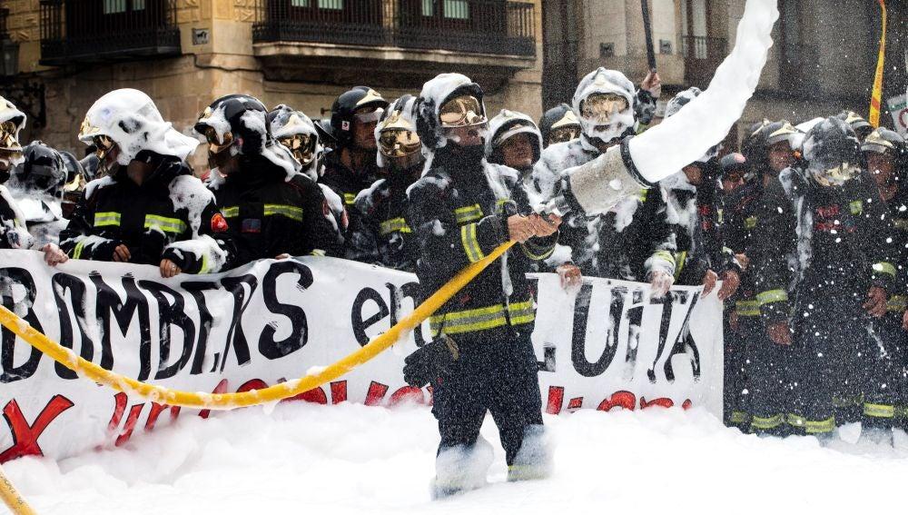 Bomberos de Barcelona, lanzan espuma en la Plaza de Sant Jaume