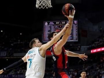 Doncic defiende un lanzamiento de Patricio Garino