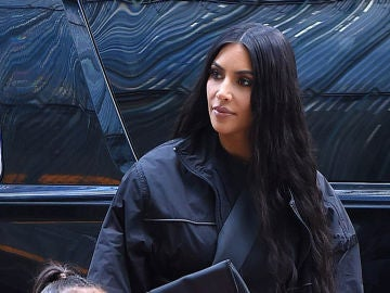 Kim Kardashian le alisa el pelo a su hija North West