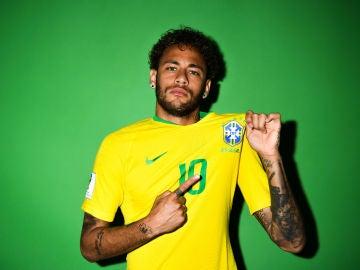 Neymar posa con la camiseta de Brasil