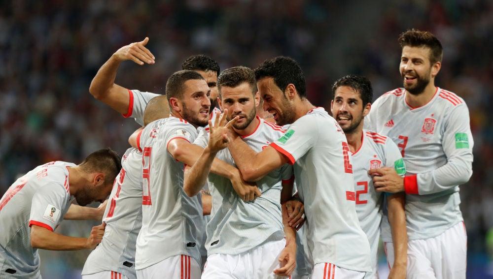 Nacho celebra su gol con el resto de compañeros de la selección
