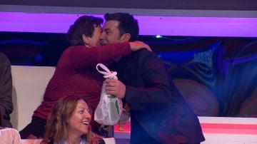 Arturo Valls recibe un inesperado regalo en directo en '¡Ahora Caigo!