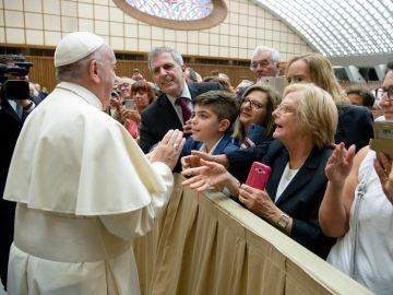 El Papa Francisco mientras saluda a los fieles
