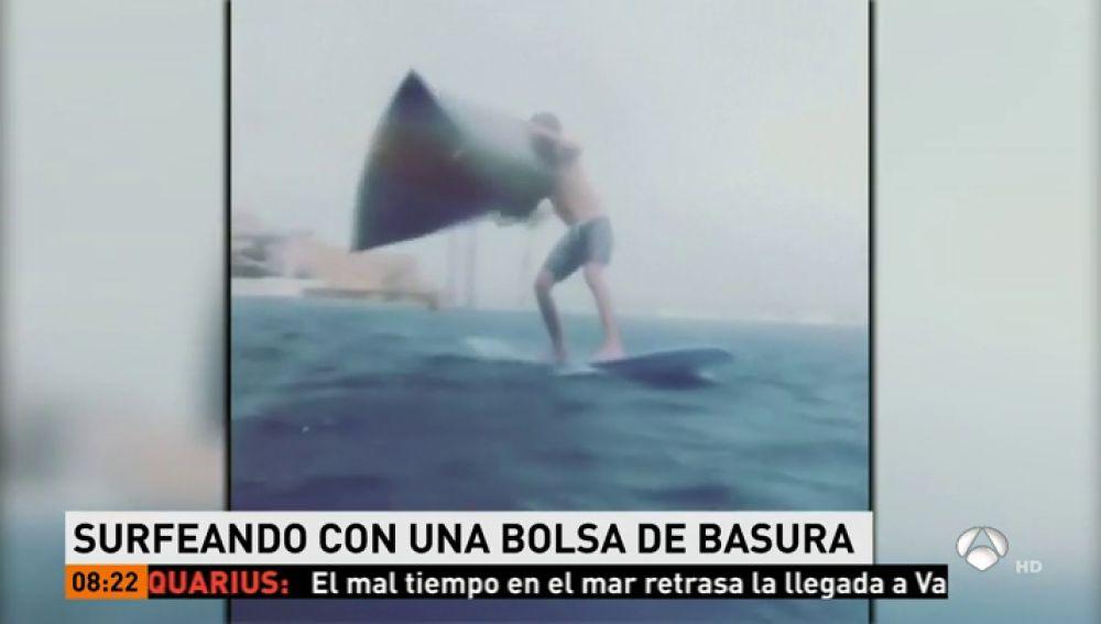 Un joven consigue surfea con una bolsa de basura como vela