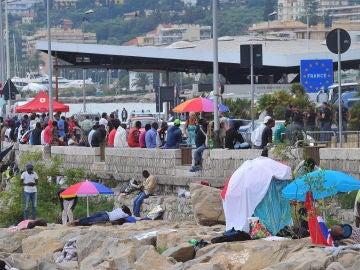 Varios inmigrantes montan un campamento en la localidad fronteriza con Francia de Ventimiglia