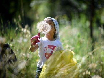 Una niña colaborando en el proyecto