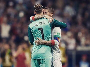 Ramos abraza a De Gea