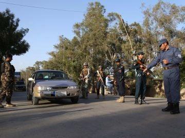 Personal de seguridad afgano realiza una inspección en un punto de control