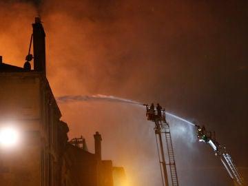 Los bomberos sofocando el fuego de la escuela de arte