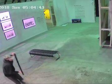 El ladrón con la pieza de Banksy