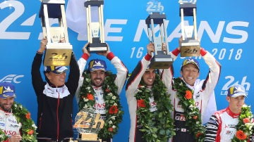 Fernando Alonso celebra su victoria en las 24 Horas de Le Mans con su equipo