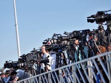 Decenas de periodistas cubren la llegada de los inmigrantes.