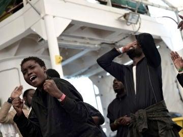 Los inmigrantes celebran la llegada al puerto de Valencia