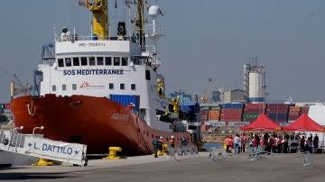 El Aquarius atracado en el puerto