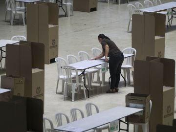 Funcionarios de la Registraduría Nacional de Colombia fueron registrados este sábado al instalar mesas de votación