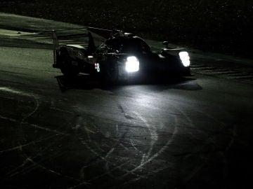 Fernando Alonso, con el Toyota TS050 Hybrid en la noche de Le Mans