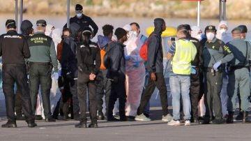Inmigrantes que viajaban en el Dattilo son atendidos a su llegada al puerto valenciano