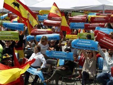 Varios centenares de personas han participado en la concentración en apoyo de los alumnos del Instituto El Palau