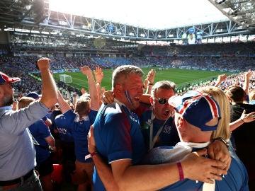 Aficionados islandeses celebran el empate contra Argentina