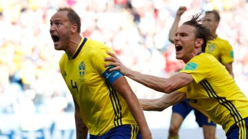 Andreas Granqvist celebra su gol ante Corea del Sur