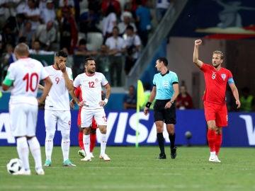 Kane celebra uno de sus goles contra Túnez