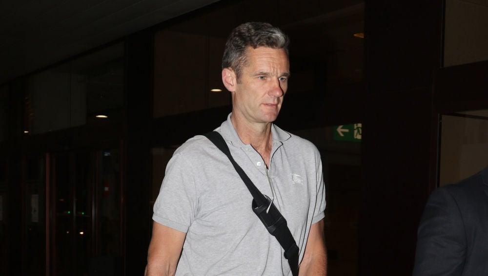 Urdangarin, a su llegada al aeropuerto de Madrid