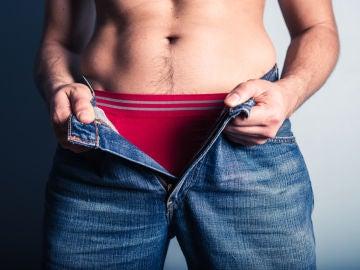 Un hombre se abre los pantalones