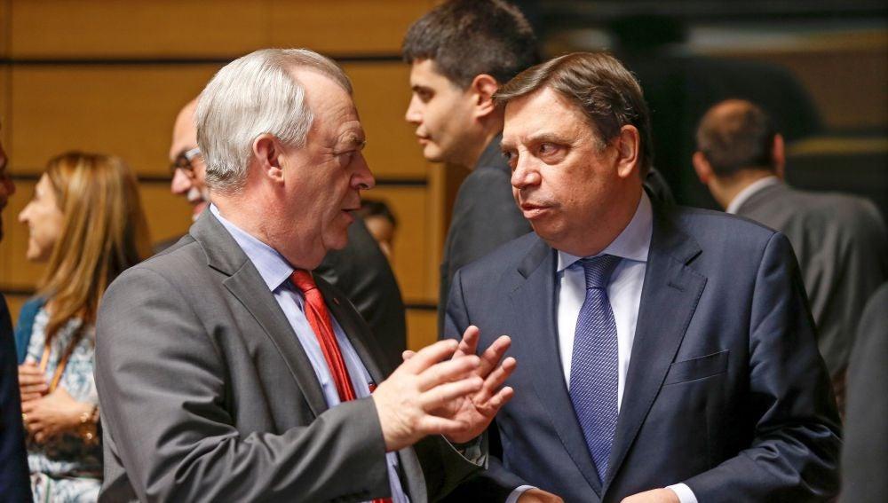 El ministro español de Agricultura, Pesca y Alimentación, Luis Planas (d), conversa con el ministro sueco de Asuntos Rurales, Sven-Erik Bucht (i)