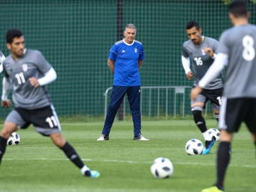 Carlos Queiroz supervisa un entrenamiento en Bakovka