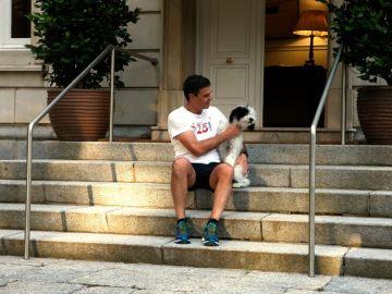 Sánchez junto a su perra
