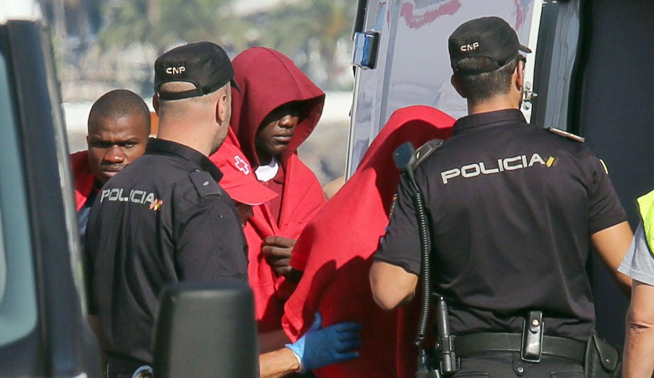 Inmigrantes rescatados tras haber desembarcado en el muelle de Arguineguín, en el municipio grancanario de Mogán (archivo)