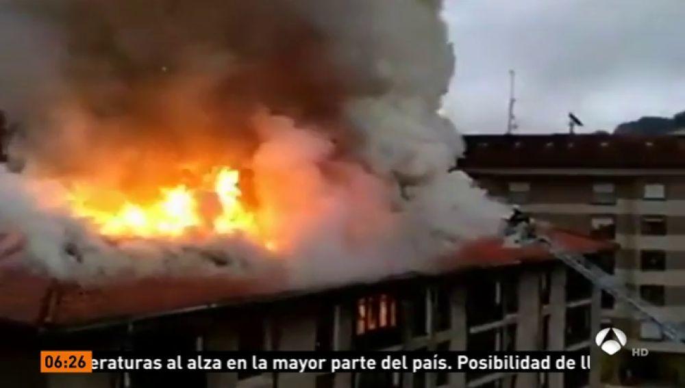 Un incendio en una fábrica conservera en Ondarroa, en Vizcaya, obliga a desalojar a 50 familias
