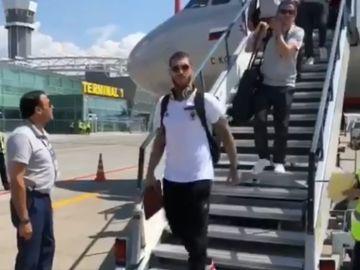 Sergio Ramos baja del avión de la Selección en Kazán