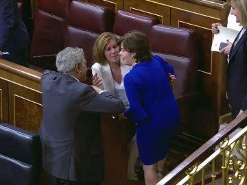 Sáenz de Santamaría y Cospedal se saludan cordialmente en el Congreso