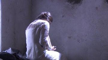 Una misteriosa mujer aparece en un lugar desconocido
