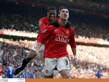 Evra celebra un gol con Cristiano Ronaldo