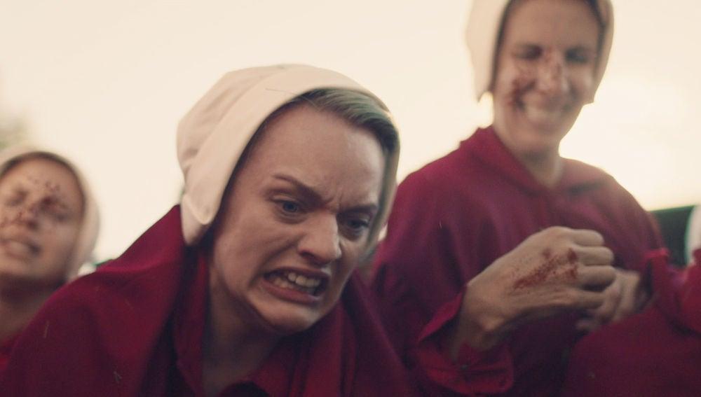 El ritual de 'La Salvación' saca el lado más salvaje de Defred y el resto de criadas al mando de la Tía Lydia