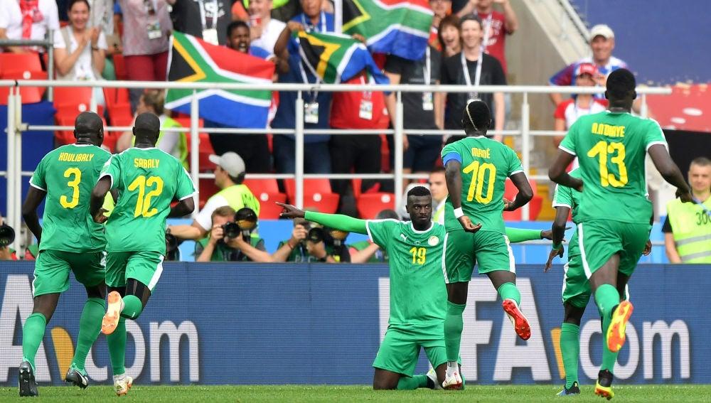 Los jugadores de Senegal celebran uno de los goles contra Polonia