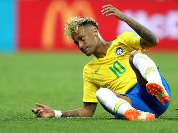 Neymar, en el suelo durante el partido contra Suiza