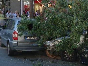 Aparatoso accidente en Barcelona tras perder el control de su coche y embestir varios vehículos