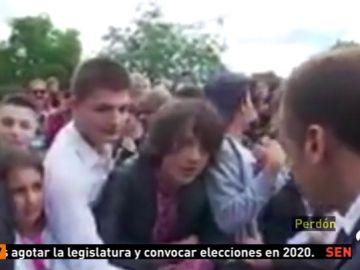 """Macron regaña a un estudiante que le llamó 'Manu' y le pide que deje de hacer el imbécil y le llame """"señor Presidente o señor"""""""