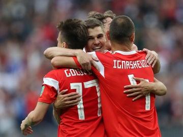 Los jugadores rusos celebran el gol de Golovin ante Arabia Saudí