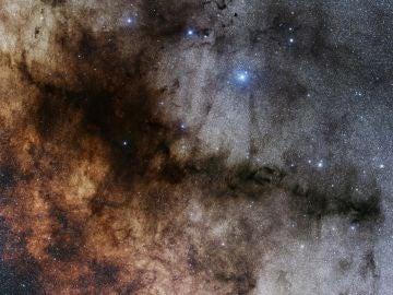Las estrellas se distribuyen en los cumulos antes de brillar